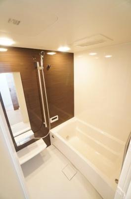 【システムバス】 Takara Standard社製! 追焚き機能付きオートバス。 浴室の壁はホーローだから、 汚れをカンタンに落とせます! 更に「キープクリーンフロア」と 浴室暖房乾燥機が標準設備!