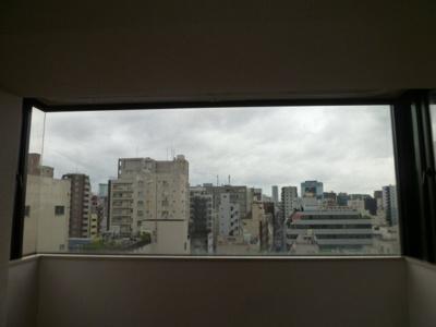 洋室内、窓