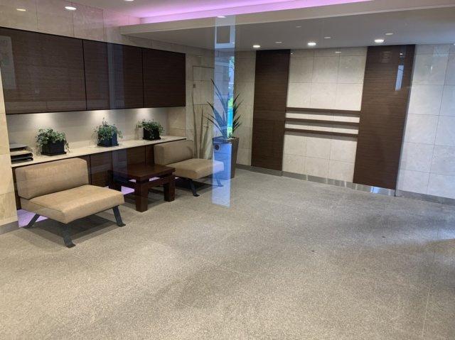 ◇Entrance◇マンションの顔であるエントランスでは、手入れの行き届いた共用スペースが上質さを演出し、訪れる人々を温かく迎え入れます。【現地(2021年7月)撮影】