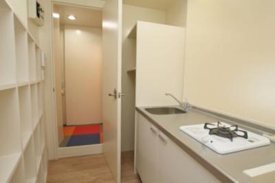 キッチンの奥にトイレとシャワー室