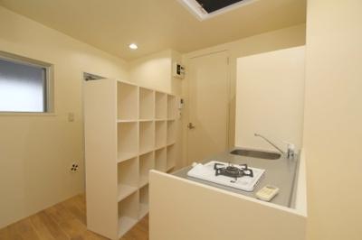 キッチンには棚がいっぱい