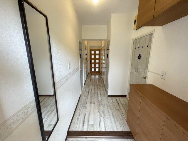 内装のデザインに合わせた玄関部分。ドアに入って右側にはシューズクロークを設置してあります