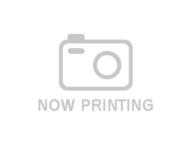 後方の戸棚もキッチンと合わせて設置され、キッチン周りに統一感を出しました。 高い収納力も魅力的ですね。