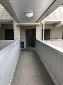2階正面が玄関です。