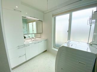 洗面所からバルコニー出られ 家事動線楽々 三面鏡付き