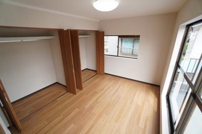 【2F北側洋室約6帖】 2面採光で主寝室クラスの広さがある洋間です。 陽ざしがよく入るよう、開口部を多くとっているので とても、明るく過ごしやすい居室となってます。 2連の大型クローゼットも完備。
