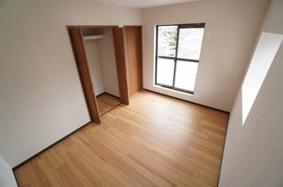 【南側洋室約6帖】 居室にはクローゼットを完備し、 自由度の高い家具の配置が叶うシンプルな空間です。 お子様の成長と共に必要になる 子供部屋にもぴったりの間取りですね。