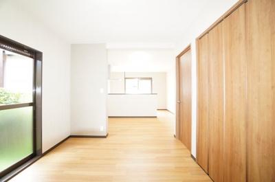 【約17帖LDK】 2面採光で2連のウォークインが出来る クローゼットがあるのが特徴。 リビング部分とダイニング部分が分かれ 家具の配置もし易そうです! お隣との間隔もあるので明るくて良いですね!