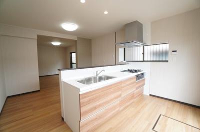 【キッチンルーム】 新規交換のシステムキッチンです。 大きなシンクにゆとりある作業スペース、 お料理もお掃除もしやすいガラストップ3つ口コンロ、 収納もあり使いやすいキッチンです。