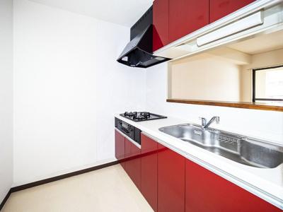 3帖カウンターキッチンに、人工大理石天板のシステムキッチン