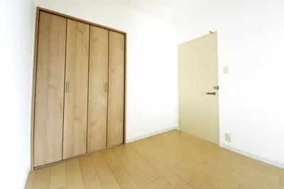 《洋室(納戸)4.4帖》納戸表記ではありますが、クローゼットもありお部屋としてお使い頂けます。