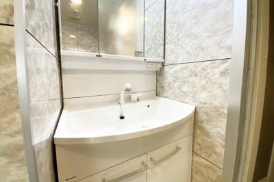 洗面化粧台はシャンプーが出来るタイプです。急な怪我で入浴ができない時でも、洗面台でシャンプーが出来て助かります。