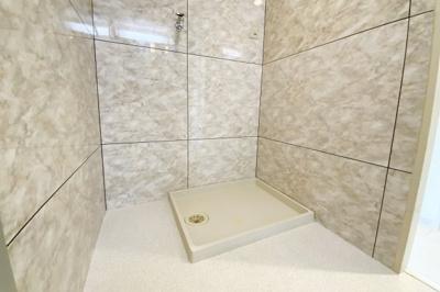 洗面室には洗濯機を設置するスペースもあります。洗面室とトイレは大理石調の豪華な壁です。