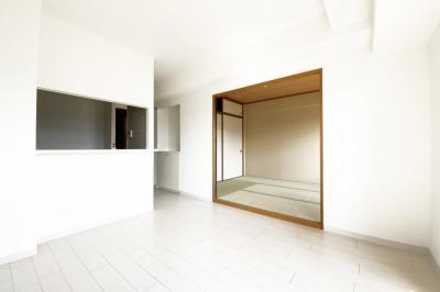 LDKの続きに和室6帖があります。扉を開放すれば16帖の広々としたスペースが広がります。