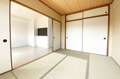 《和室6帖》和室には押し入れもしっかり完備されているので、荷物がスッキリ片付いて助かります。