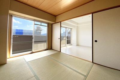 《和室6帖》こちらの和室はバルコニーに出られます。掃き出し窓の明るいお部屋です。