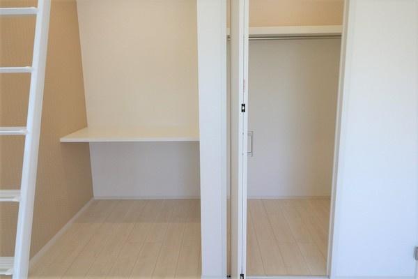 【収納】 8.625帖の洋室にあるウォークインクローゼットとカウンター。沢山収納出来ますね♪