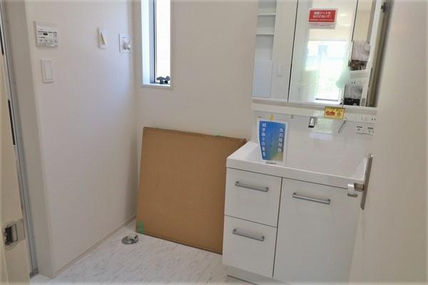 【洗面室】 広々した大きな3面鏡付きの洗面室♪