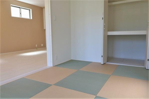 【和室】 1階リビング横の5帖和室。大きな収納スペースもございます♪