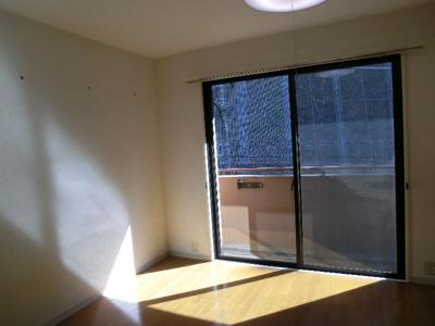 グリーンベルハイツ 307 ワイドな窓から陽当り良好