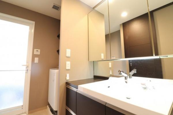 【洗面台】小物の整理に便利な鏡裏収納を確保しています!
