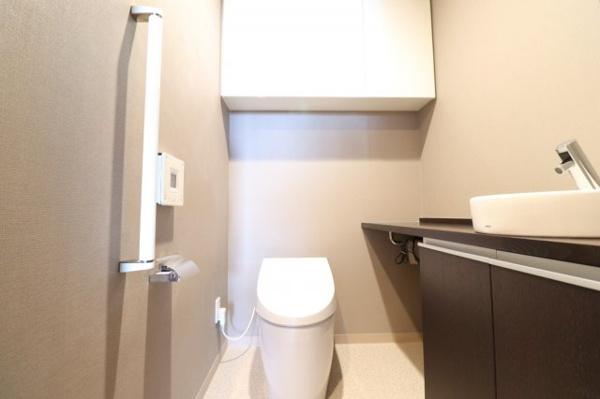 【トイレ】嬉しい吊戸棚、手洗いカウンター付きトイレです!