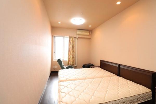 【洋室】9.5畳の広さのある洋室です。風通し良好!