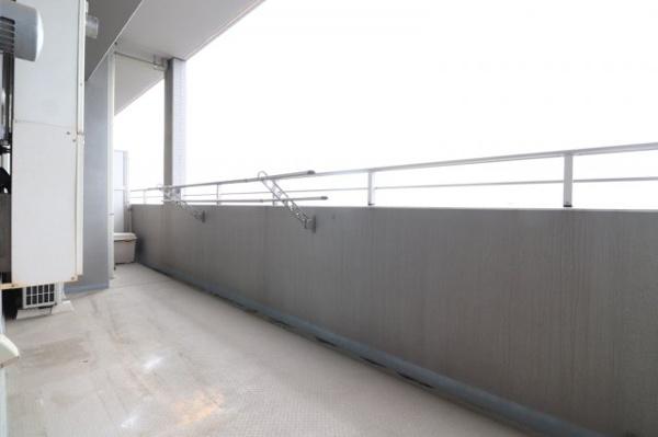 【バルコニー】14.68㎡の広さのあるバルコニーです。洗濯物干しにも困らないスペース感!