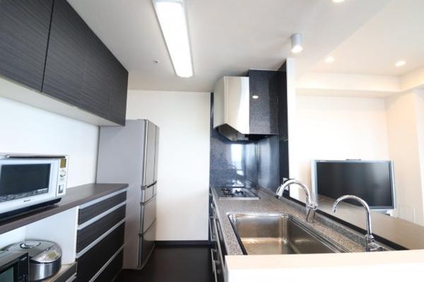 【ダイニングキッチン】奥行きのある広々としたキッチン!食器洗浄乾燥機がビルトイン、出し入れしやすいプルオープンタイプです。