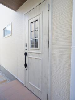 少しおしゃれな玄関ドアですね。白木目のかわいい感じです。