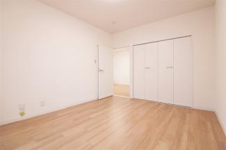 洋室6.8帖です♪南向きバルコニーに面した明るく開放的な室内です!ぜひ現地でご確認ください!