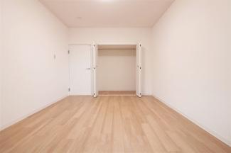洋室6.8帖のクローゼットです♪たくさんのお洋服・小物が収納できます!室内を有効に使用していただけますね(^^)
