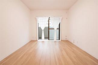 洋室6.8帖です♪バルコニーに面した明るく開放的な室内です(^^)