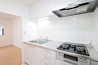 新品のシステムキッチンです♪白色を基調とした洗練されたきっちんでお料理も楽しくなりますね(^^)ガス3コ口コンロでお料理もスピーディーに仕上がります♪