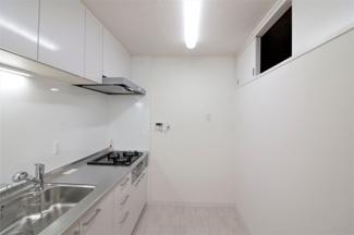 独立キッチンです♪急にお客様が来られても、慌てなくても大丈夫です!キッチン後方には上部収納も有ります!!
