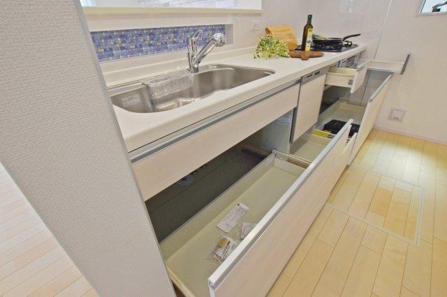 食洗器付きのキッチン。 下段収納まであってたくさん収納できます。