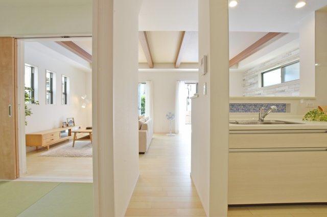 家事の際もリビングに目が届く対面式キッチンです。