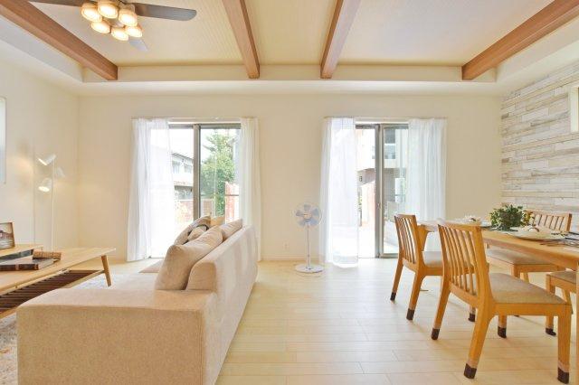 キッチン側からリビングを見ると、テレビやソファ、観葉植物などがゆとりをもって配置できるスペースがある事がよくわかります。