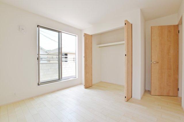 各居室に収納があって収納量も豊富です。 スッキリとした生活を送れそうです。