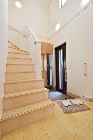 -同社施工例- 玄関は吹抜で開放的な空間となっております。