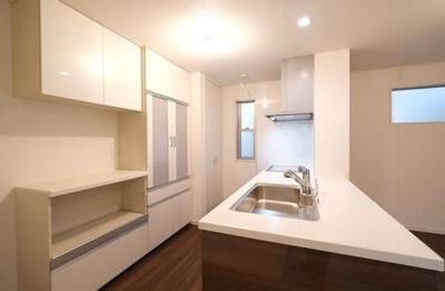 カウンターキッチンを採用♪カップボード・パントリーを設置しているため、キッチンを綺麗に保てます。