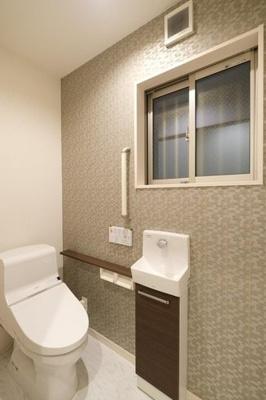 アクセントクロスを使用したお洒落なお手洗いです♪感染対策となる手洗い場を設置しております。