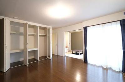 主寝室は約9.5帖の広々空間です。掘りごたつを設けた約4.7帖の和室とあわせて活用いただけます。