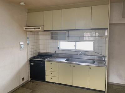 お料理しやすいシステムキッチンです。窓もあるので換気にも便利です。