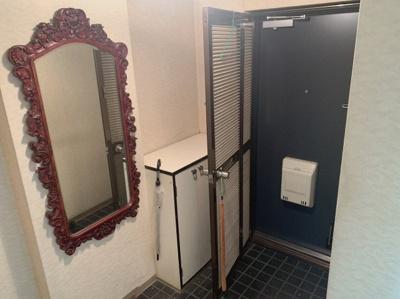 2重扉の玄関です。 鏡やシューズボックスなど、あると便利なものが揃っています。