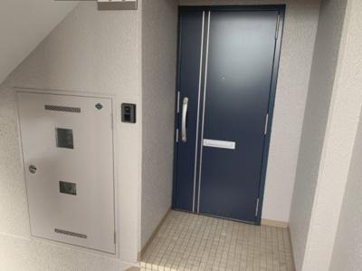 玄関扉部分はアルコーブになっています。