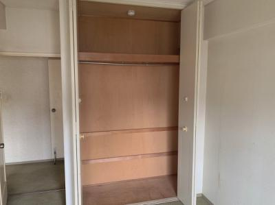 洋室のクローゼットです。お洋服のハンガー収納もできる便利な収納です。
