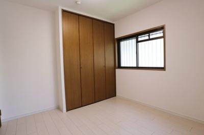 洋室1☆ 窓付きで明るいお部屋です☆