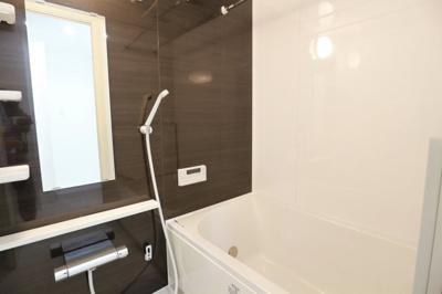 浴室はダークウォルナット調のカラーですで落ち着いた雰囲気ですね☆