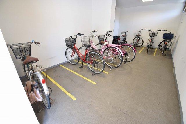 雨の日も安心の屋内駐輪場。